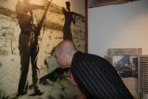 בחור מציץ בתצוגה במוזיאון חוסמסה
