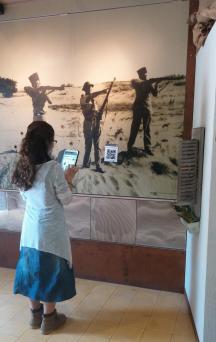 נערה במוזיאון חוסמסה מחזיקה טאבלט