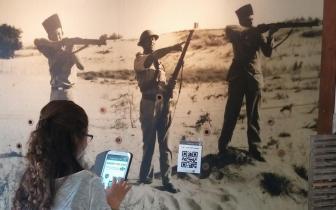 נערה משחקת בטאבלט במוזיאון חוסמסה