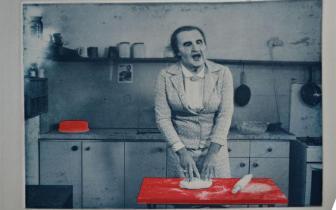 """שחר מרקוס, גולדה, 2016 מתוך הווידיאו """"המטבחון"""", 2013 תחריט צילומי באדיבות האמן"""